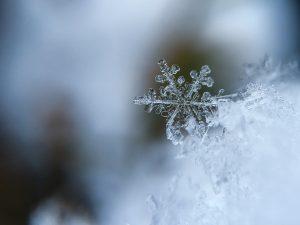 Der perfekte Winterabend: ein Eiskristall